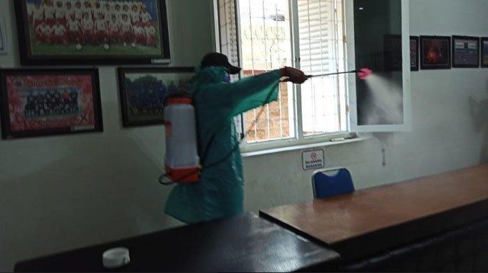 Kantor Arema FC dan Mess Pemain Disemprot Disinfektan untuk Cegah Penyebaran Virus Corona