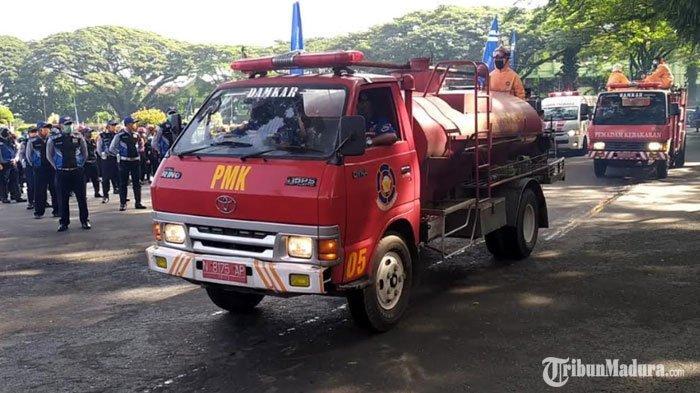 Pemkot Malang KerahkanMobil PMKdan Kendaraan Water Cannon untuk Semprot Disinfektan ke Jalanan