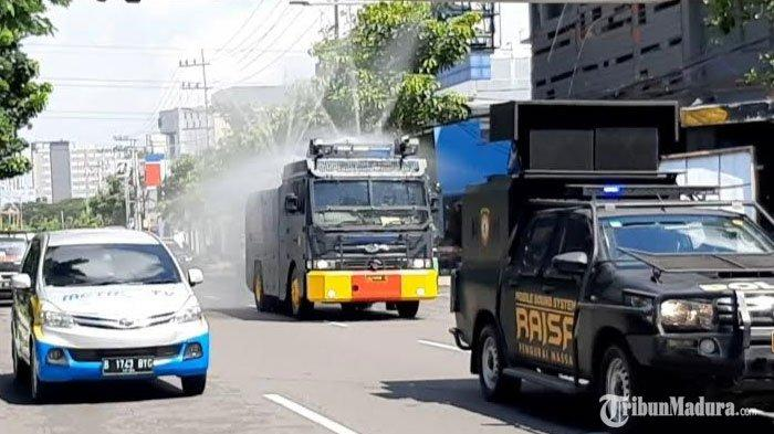 Sejumlah Ruas Jalan di Kota Surabaya DihujaniRibuan Liter Cairan Disinfektan dariTruk Water Cannon