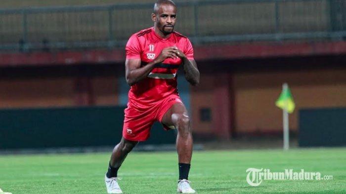 Pelatih Madura United Sesalkan Kartu Merah yang Diterima Greg Nwokolo, Sebut Hal yang Tidak Sengaja