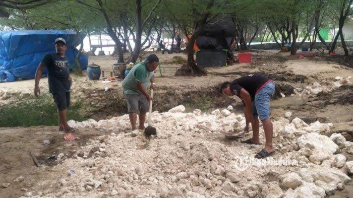 Tak Dapat Bantuan, Perbaikan Fasilitas Wisata Pantai Lon Malang Sampang yang Rusak Dilakukan Swadaya