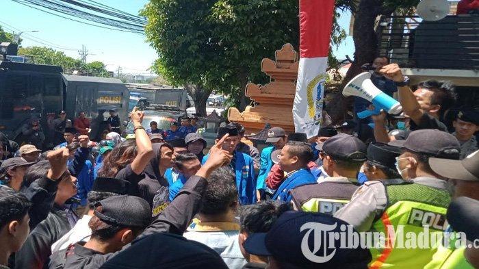 DPRD Jatim periode 2019-2024 Dilantik, Massa PMII Geruduk Gedung Wakil Rakyat di Indrapura Surabaya