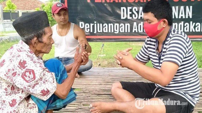Pergerakan Pemuda Relawan Penanganan Covid-19 Pamekasan Bagikan Air Mineral dan Masker ke Masyarakat