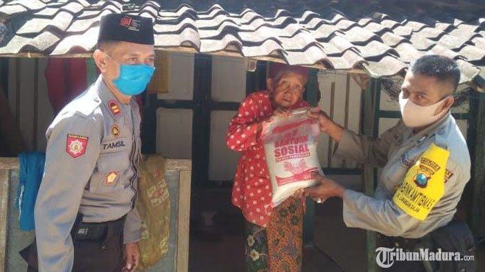 Polsek Larangan Pamekasan Bagikan Paket Sembako ke Warga Terdampak Covid-19Setiap Dua Pekan Sekali