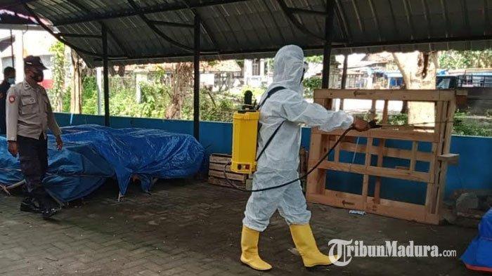 Cegah Sebaran Covid-19, Personel Gabungan Pamekasan Semprot Disinfektan di Kompleks Pasar 17 Agustus