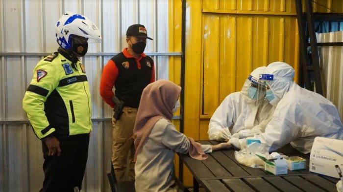 Personel Gabungan Operasi Yustisi dan Rapid Test di Kafe dan Alun-alun Bangkalan, 2 Orang Reaktif