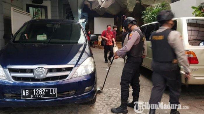 Personel Polres Pamekasan saat melakukan sterilisasi pakai metal detector di seluruh area enam gereja di Pamekasan, Madura, Sabtu (3/4/2021).