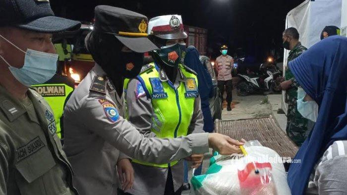 Gelar Patroli Skala Besar, Petugas Gabungan di Pamekasan Juga Bagi-Bagi Bantuan Sembako untuk Warga