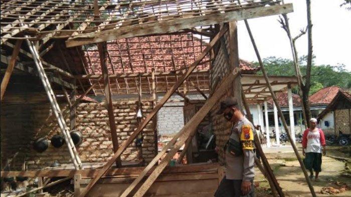 Pamekasan Diguyur Hujan Deras dan Angin Kencang, Dapur Rumah Milik Kakek di Desa Pamoroh Ambruk