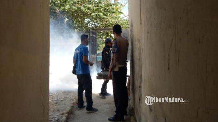 Pakai Alat Fogging Elektrik, Polsek Waru Pamekasan Semprotkan Cairan Disinfektan ke Pemukiman Warga