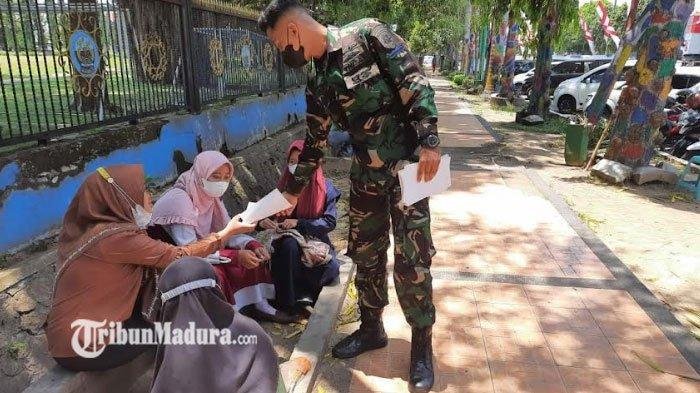 Personel TNI AL Koarmada II Sebar Brosur Ajakan Bervaksin Kepada Masyarakat Bangkalan
