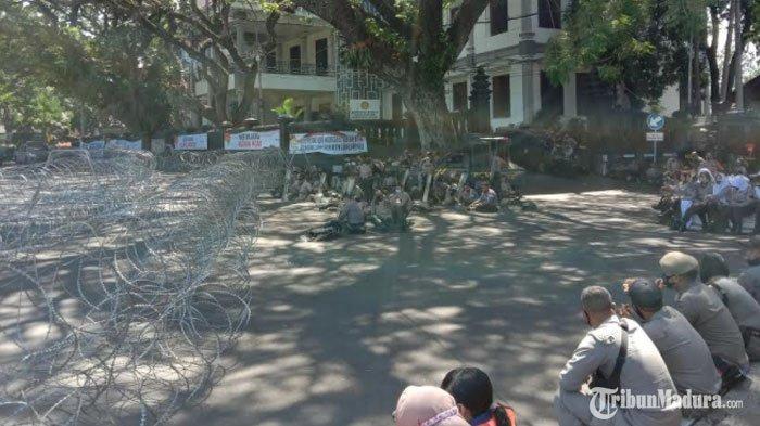 DemoUU Cipta Kerja di Gedung DPRD dan Balai Kota Malang, Ribuan Personel TNI/Polri Siaga di Lokasi