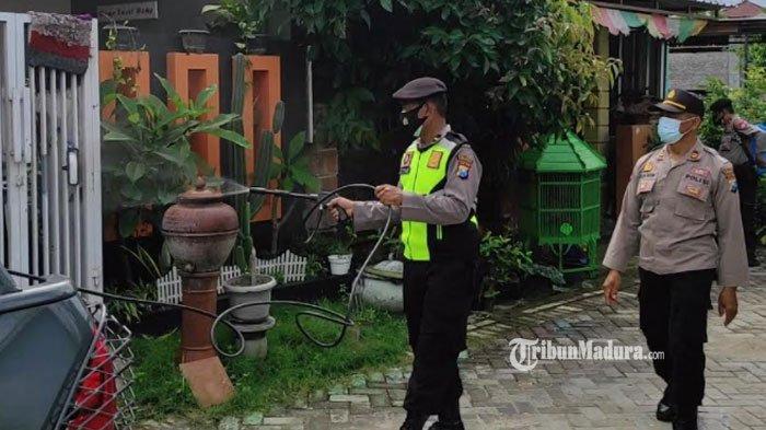 Petugas kepolisian menyemprotkan disinfektan di Perumahan Bumi Citra Persada Kabupaten Ponorogo, Kamis (24/6/2021).
