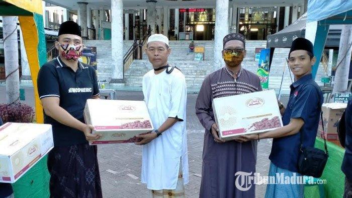 Bani Group, PSC dan Jurnalis Center Pamekasan Salurkan 50 Kg Kurma untuk Masjid Agung Asy-Syuhada