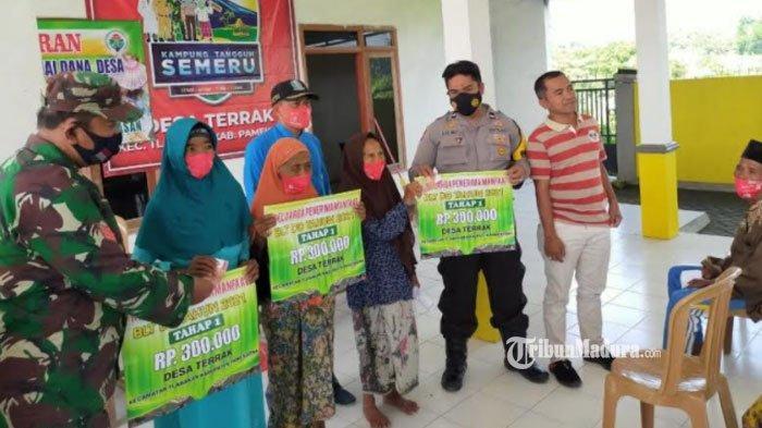 40 KPM di Desa Terrak Pamekasan Terima BLT DD Rp300 Ribu, Penyerahan Bantuan Dikawal Ketat TNI-Polri