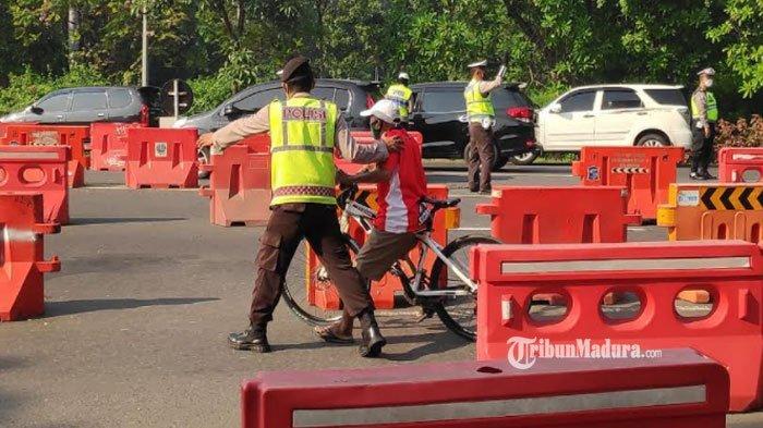 PPKM Darurat di Surabaya Hari Kedua, Banyak Pesepeda Kecele di Bundaran Waru, Diminta Putar Balik