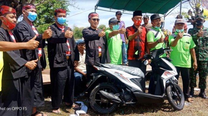 Peserta lomba burung seni irama perkutut Piala Bupati Pamekasan saat menerima hadiah juara, di Desa Padelegan, Kecamatan Pademawu, Kabupaten Pamekasan, Selasa (3/11/2020).