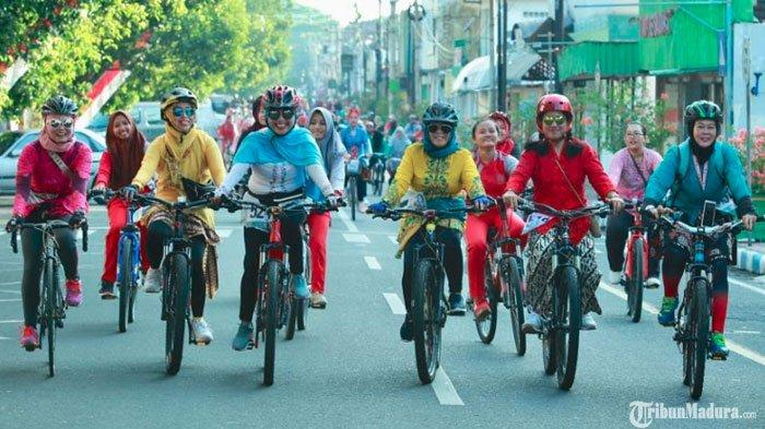 Hari Kartini, Ratusan Wanita diBanyuwangi Bersepeda Pakai Kebaya padaWomen Cycling Challenge
