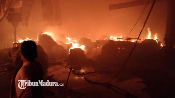Kebakaran Melanda Pabrik Tekstil di Gresik, Asap Hitam Membumbung, Dugaan Penyebab Masih Diselidiki