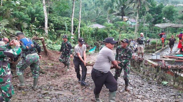 Petugas BPBD Jember Dibantu Warga Kerja Bakti Bersihkan Longsoran Perkebunan Teh Gunung Gambir