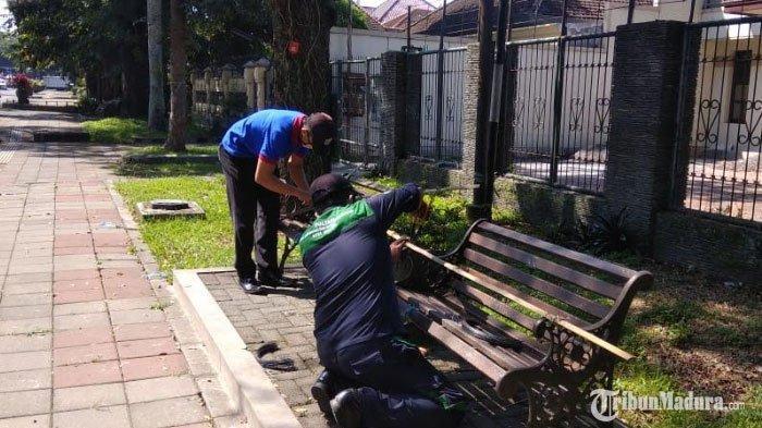 Bangku di Pinggir Jalan Ijen Kota Malang Ditutupi Palang Bambu, Warga Tak Lagi BisaBerkerumun