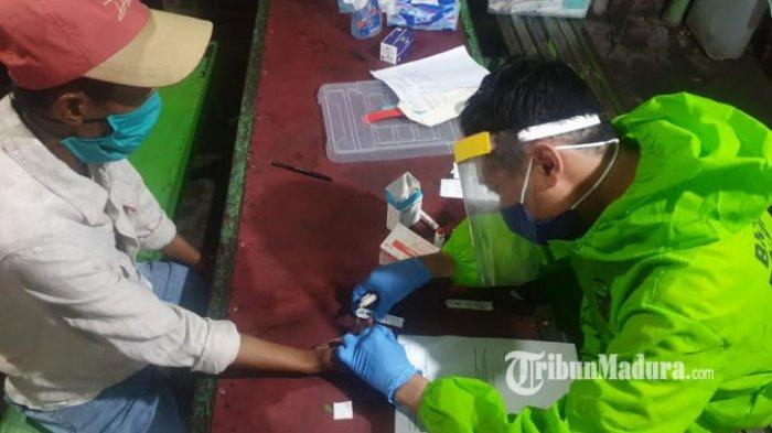 Masih Banyak Warga Nongkrong saat Jam Malam PSBB Surabaya, KTP Disita Petugas dan Lakukan Rapid Test