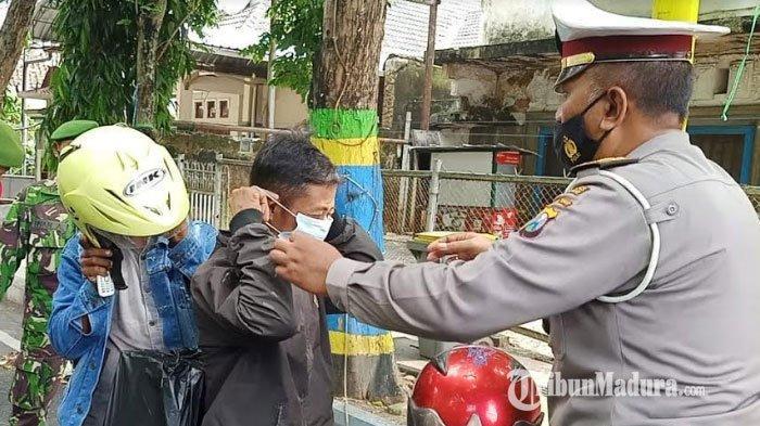 Tidak Pakai Masker, Warga di Monumen Arek Lancor Pamekasan Diminta Menyanyikan Lagu Kebangsaan