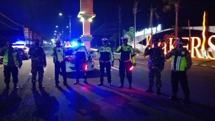 Petugas gabungan mulai dari TNI, Polri menjaga ketat akses masuk wilayah Kabupaten Sumenep, Kamis (31/12/2020) pukul 20.00 WIB.