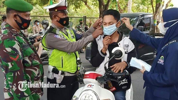 Petugas Gabungan Gandeng Mahasiswa IAIN Madura Bagikan Masker Gratis ke Pengendara: Disiplin Prokes