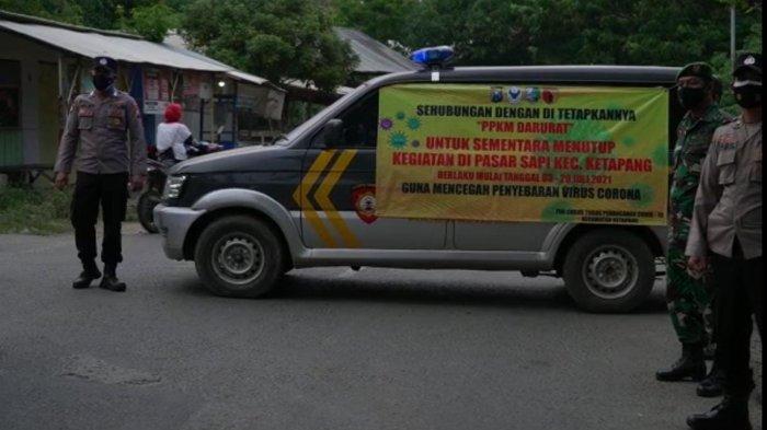 Petugas Gabungan saat melakukan penutupan Pasar Hewan Kamisan Desa Ketapang Daya, Kecamatan Ketapang, Kabupaten Sampang, Madura, Kamis (8/7/2021).