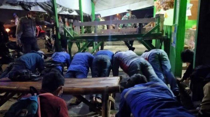 Dua  Hari Jelang Berakhirnya PSBB Gresik, Ratusan Orang Nongkrong di Warung Kopi dan Dihukum Push Up