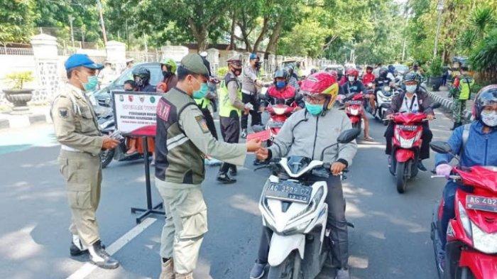 Patroli Skala Besar Cegah Penyebaran Covid-19, Tiap Pengendara Motor di Kota Kediri Dibagikan Masker