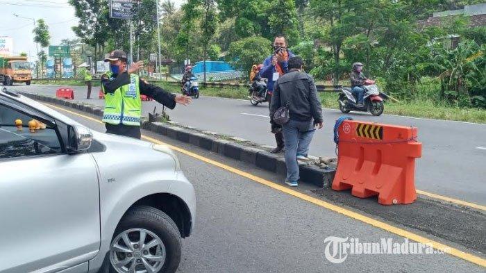 Ngaku Belum Tahu PSBB, Pengendara Mobil Ngeyel Masuk ke Kabupaten Malang, Dipaksa Putar Balik