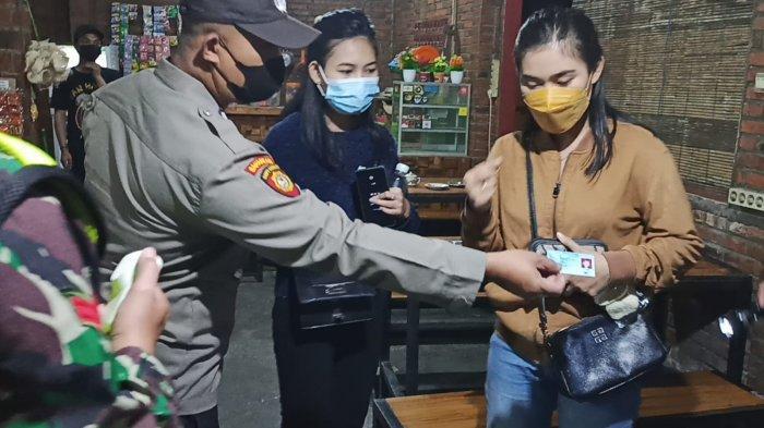 Terjaring Razia PPKM Darurat, KTP Penjaga Wanita di Gresik Disita Seusai Warkopnya Langgar Jam Malam