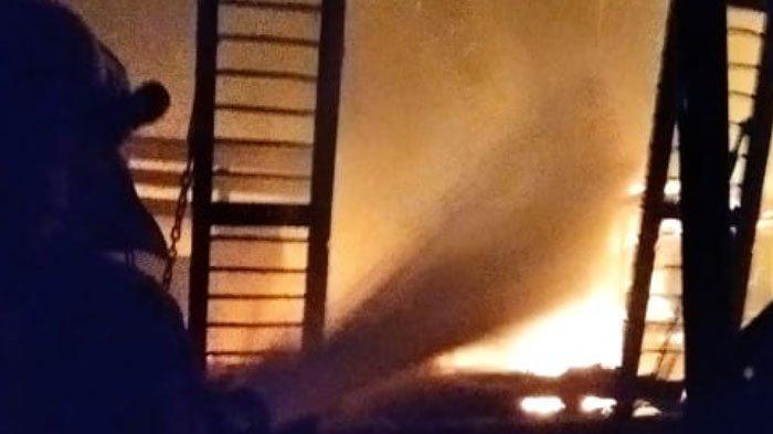 Gudang Kayu di Desa Paciran Kabupaten Lamongan Ludes Terbakar, Api Puntung Rokok Jadi Penyebab