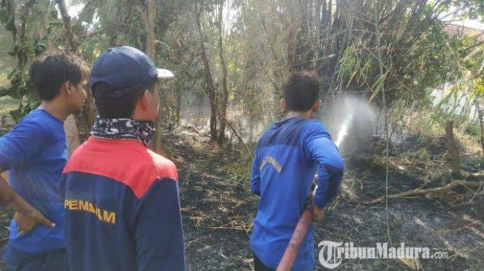 Petugas Pemadam Kebakaran Satpol PP Sampang saat melakukan upaya pemadaman di lahan bambu milik Rokayyeh warga Desa Kaso'an Kecamatan Sampang, Kabupaten Sampang, Madura, (1/9/2020) kemarin.