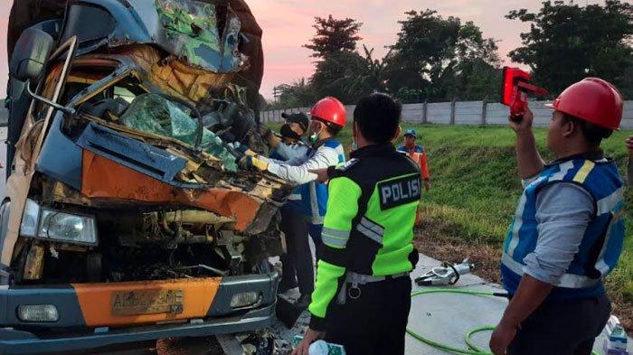 Diduga Mengantuk Saat Berkendara di Jalan Tol, Truk Hantam Bagian Belakang Truk Lain, Sopir Tewas