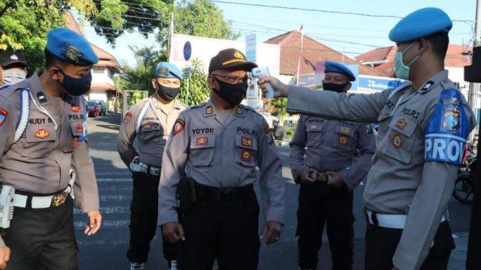 Anggota Polres Kediri Kota Dihukum Kerja Sosial,Ketahuan Tidak Pakai Masker saat Beraktivitas