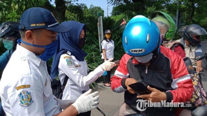 Penerapan PSBB Surabaya Raya Diperketat, Pengendara Bersuhu Tubuh Tinggi Langsung Dilarikan ke RS