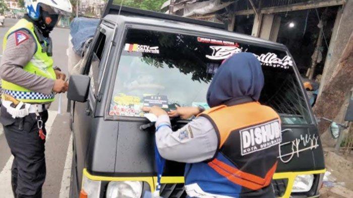 Kendaraan yang Keluar Masuk Surabaya Diberi Label, Sopir Diberi Name Tag, Mobil Dipasang Stiker