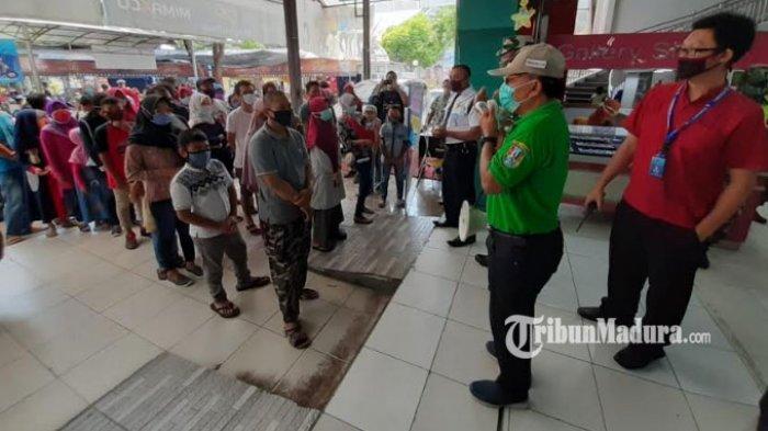 petugas-satpol-pp-kabupaten-tuban-dan-pengunjung-membeludak-di-swalayan.jpg