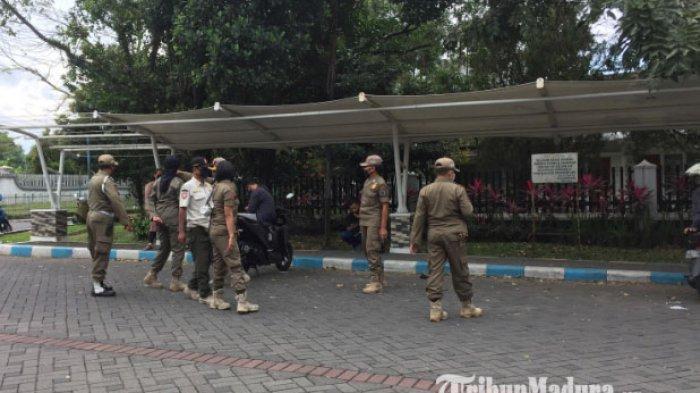 Cegah Covid-19, Satpol PP Kota Malang Tertibkan PKL yang Berjualan di Depan Kampus UM Selama UTBK