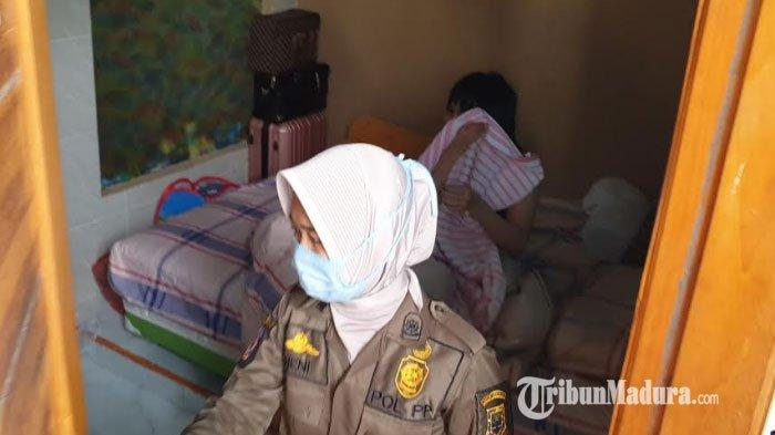 Petugas Satpol PP mengamankan pasangan mesum di kamar kos yang terletak di Kelurahan Meri, Kecamatan Meri, Kota Mojokerto, Senin (30/11/2020).