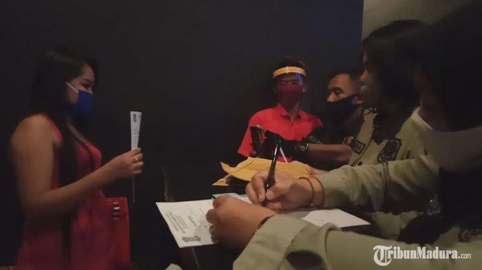 PengunjungTempat Hiburan Malam di Surabaya Terjaring Razia Satpol PP,Abaikan Protap Kesehatan