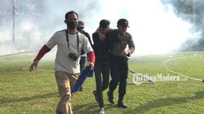 Petugas juga masih terus menembakkan gas air mata untuk memukul mundur massa aksi menolak Undang Undang Cipta Kerja di Gedung Negara Grahadi.