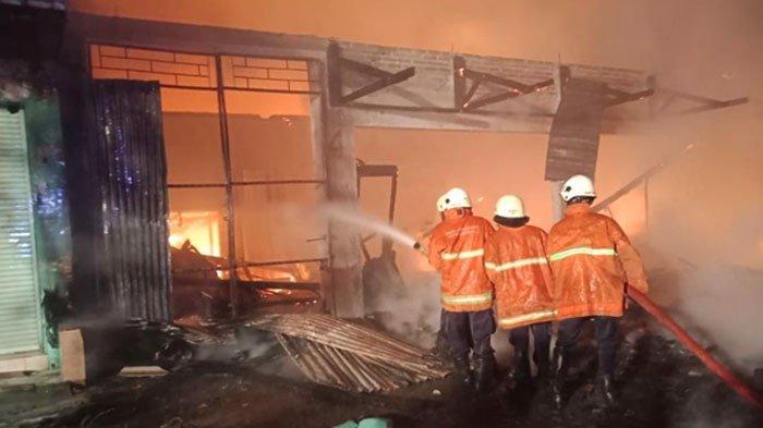 VIRAL Video Warga di Surabaya Angkat Mobil yang Halangi Jalan Masuk Mobil Pemadam Kebakaran