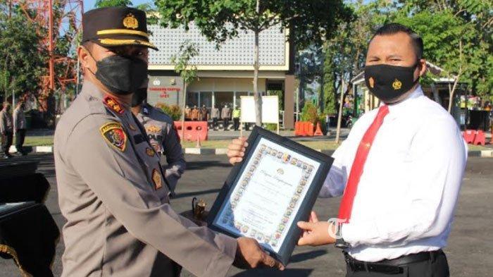 Puluhan Polisi di Sampang Dapat Piagam dari Kapolda Jatim, Diharap Jadi Teladan bagi Anggota Lainnya