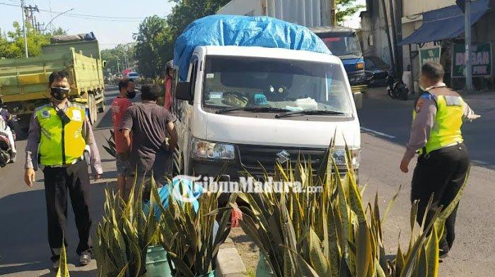 Mobil Pickup Muatan Nanas Nyangkut Pembatas Jalan di Surabaya, Padahal Baru Beli 2 Bulan