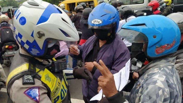 PPKM Darurat Surabaya, Polisi Jaga Pos Penyekatan, Warga Luar Aglomerasi Wajib Tunjukkan Hasil Swab