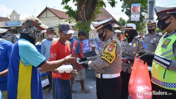 Hari ke-5Operasi Zebra Semeru Kota Madiun, Polisi Bagikan Nasi Kotak ke Tukang Becak hingga Parkir
